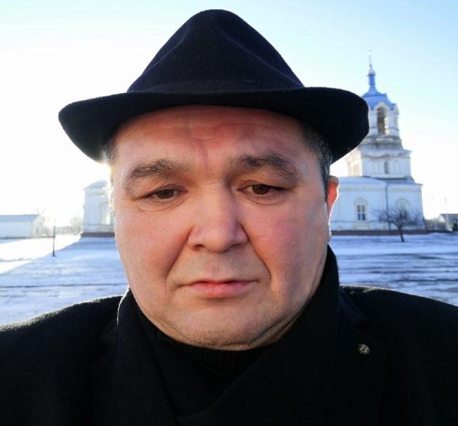Серега Кишкоблуд на фоне церкви