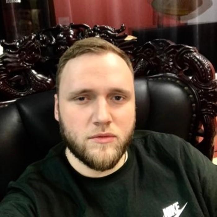 Илья Макаров фото в кресле
