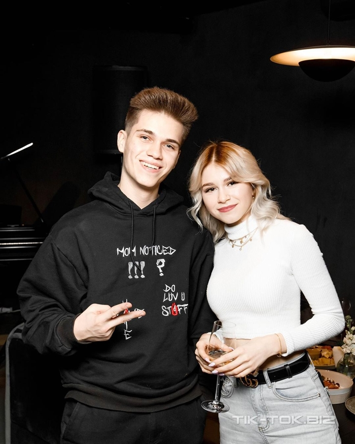 Никита Левинский с подругой