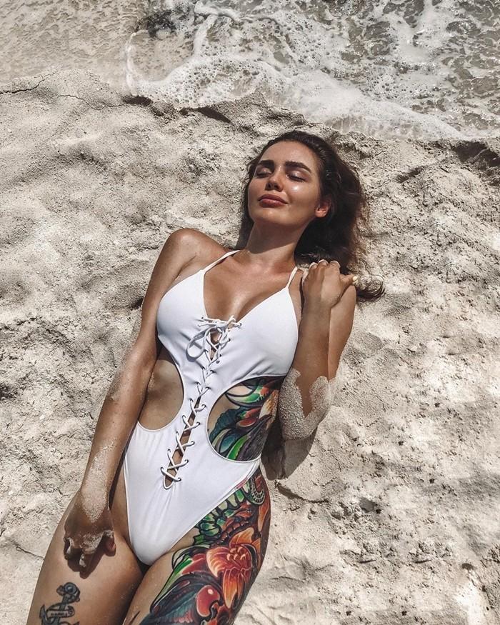 Тома Жданова на пляже