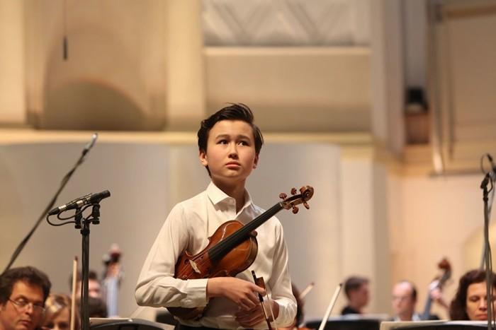 даниэль лозакович фото со скрипкой