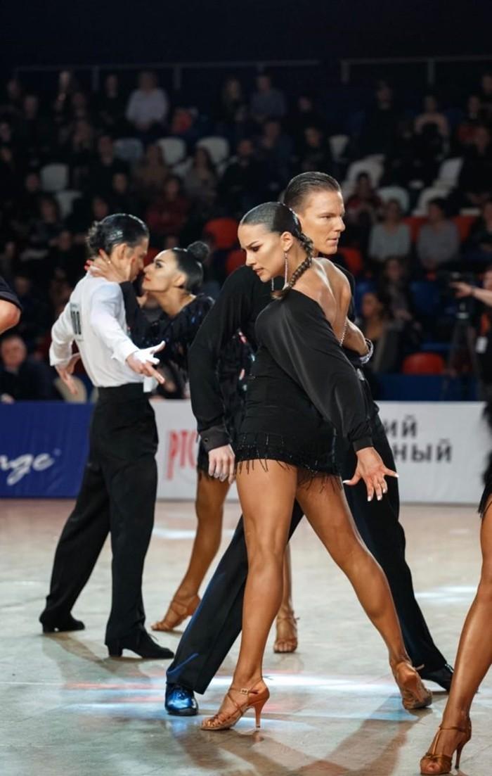 Арина Волошина танцует