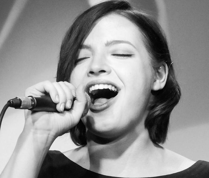 Дарья Антонюк поёт