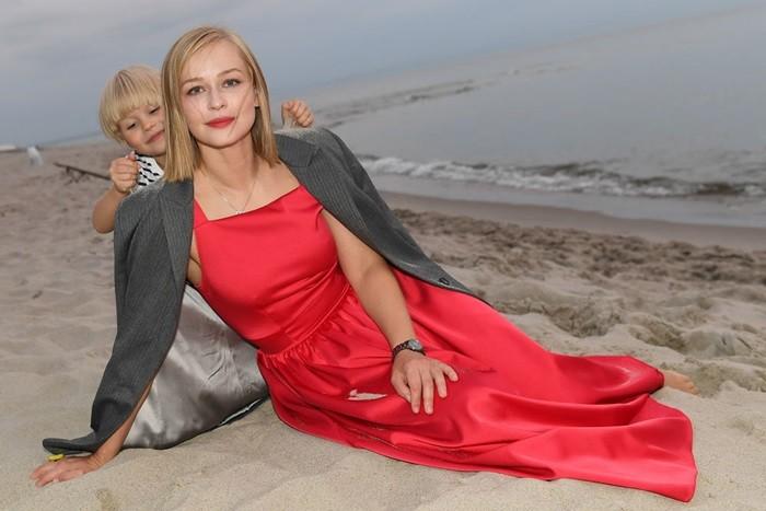юлия пересильд и ребёнок на пляже