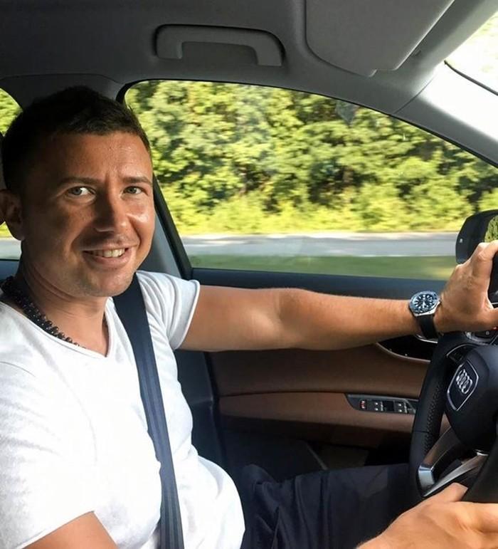 Андрей Буренок в машине